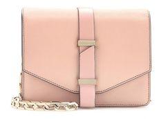 Delicata, rosa, un vero confettino: oggi parliamo dellaMini Satchel di Victoria Beckhamche...