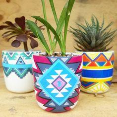 Ceramic mugs hand painted with Posca Pens Painting Pots, Pottery Painting, Diy Painting, Pottery Art, Decorated Flower Pots, Painted Flower Pots, Hand Painted Mugs, Hand Painted Ceramics, Pots D'argile