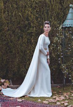 Colección de Novias 2015 de Juan Vara.Vestido en crepe con cola integrada en el vestido en forma de capa.