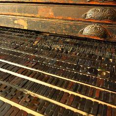 Blick hinter die Kulissen: in unserem Holzbuchstabenlager gibt es viele verborgene Schätze. #museumfuerdruckkunst #hochdruck #buchdruck #letterpress #holzbuchstaben #woodtype #hinterdenkulissen /// Foto: Museum für Druckkunst Leipzig