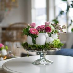 "The perfect table decoration for Easter. - Basteln mit Kindern - # Easter wreath On my Easter wreath I ""padded"" the middle with some moss. For me, moss - Easter Tree Decorations, Easter Wreaths, Table Decorations, Deco Floral, Easter Crafts, Easter Eggs, Easter Table, Diy And Crafts, Wood Crafts"