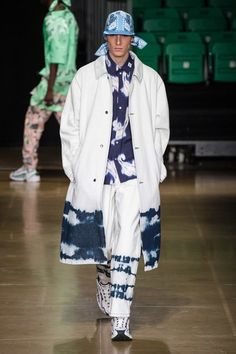 See all the Collection photos from MSGM Spring/Summer 2020 Menswear now on British Vogue Denim Fashion, Runway Fashion, Fashion Show, Fashion Trends, Latex Fashion, Steampunk Fashion, Gothic Fashion, Fashion Fashion, Mode Streetwear