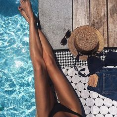 9 Expert Tips For Toned Summer Legs - If you've been hanging on to your cropped trousers and midi skirts until now, it's time to get - Summer Legs, Summer Of Love, Summer Beach, Summer Feeling, Summer Vibes, Bikini Pool, Bikini Beach, Beach Bum, Poses Photo