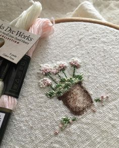 Hand Embroidery Videos, Embroidery On Clothes, Flower Embroidery Designs, Creative Embroidery, Hand Embroidery Stitches, Cross Stitch Embroidery, French Knot Embroidery, Silk Ribbon Embroidery, Diy Embroidery