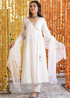 Silk Kurti Designs, Kurta Designs Women, Kurti Designs Party Wear, Saree Blouse Designs, Stylish Dresses For Girls, Stylish Dress Designs, Dress Indian Style, Indian Fashion Dresses, Simple Indian Suits