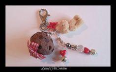 """Joli Bijoux de sac"""" Ourson gourmand """" Muffin pépites de chocolat petit noeud : Autres bijoux par lylou-ajb-creations"""