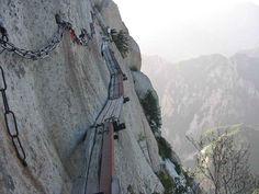 Randonnée de haute voltige au Mont Hua en Chine, Mark Laurence globetrotteur est sur le chemin de planches de Hua Shan au Mont Hua en Chine et ce film avec une Gopro
