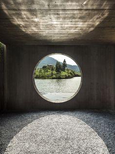 徐甜甜: 松阳大木山茶室 cirkelvormige ramen die er voor zorgen dat er een ruim beeld naar buiten toe en tegelijk zorgt voor een constante lichtinval