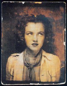 Rare self portrait of a twelve year old Marilyn Monroe (Norma Jean Baker) taken in a photo booth. Photo: The Gene London Collection. Rare Historical Photos, Rare Photos, Old Photos, Divas, Celebrity Gallery, Celebrity Photos, Celebrity Selfies, Marilyn Monroe Age, Pin Up Retro