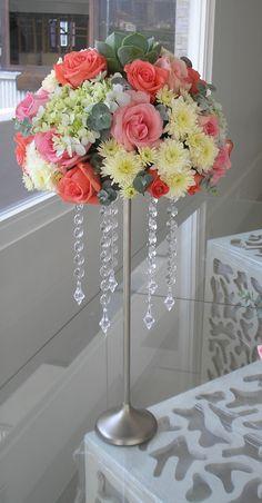 Centro de mesa  en  tonos coral, rosado , blanco y gris. Flores seleccionadas rosas, hortensias,suculentas y follaje gris.