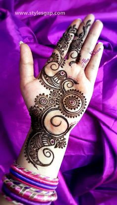 Rich Indian tradition is all about celebrating festivals with great fervor. And, it is also about decorating hands by wearing a trendy mehndi design. So, take a look at 15 charming and pretty mehndi designs which are simple and sophisticated. Henna Hand Designs, Mehndi Patterns, Arabic Mehndi Designs, Latest Mehndi Designs, Mehndi Designs For Hands, Simple Mehndi Designs, Henna Tattoo Designs, Mehandi Designs, Palm Mehndi Design