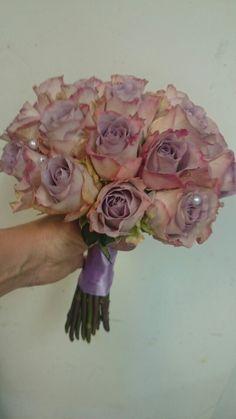 Rund stilkbukett med roser og perlepynt,  lilla bånd- design ingunngrimsby