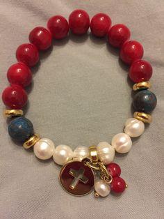 Pulsera en piedras rojas y perlas