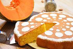 La torta di zucca e mandorle è un dolce perfetto per l'autunno da consumare in tante occasioni. Ecco la ricetta e le varianti al cioccolato e con amaretti