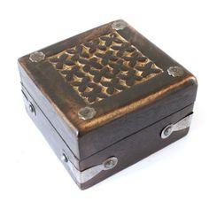 Découvrez nos boites à bijoux artisanale Indienne. Des boites decoratives en bois sculpté, incrustées de motifs couleur or.... Pour ranger vos petits trésors, bijoux ou médicaments... à partir de 4,90€