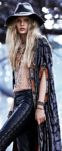 Boho clothes, jewelry and bags have rocked the fashion world. Boho has been immensely popular both with celebrities with masses alike. Let us look over on Boho Rock Chic, Boho Rock, Hippie Stil, Hippie Look, Hippie Vibes, Bohemian Gypsy, Bohemian Style, Bohemian Fashion, Bohemian Design