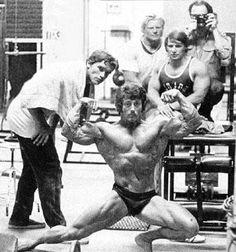 Frank Zane & Arnold Schwarzenegger, Dave Draper, Serge Jacobs and Art Zeller (photographer) in Gold's Gym.