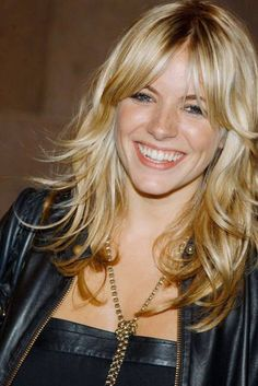 best moments as a hair & beauty icon. Sienna Miller's best hair and beauty looks through the years. Get the Sienna Miller look at ( UK)Sienna Miller's best hair and beauty looks through the years. Get the Sienna Miller look at ( UK) Sienna Miller Fringe, Sienna Miller Hair, Fringe Hairstyles, Hairstyles With Bangs, Trendy Hairstyles, New Haircuts, Layered Haircuts, Langer Pony, Layers And Bangs