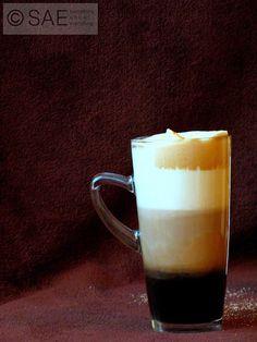 Trójkolorowa kawa - kawowe dzieło uwiecznione na stylowej fotografii.