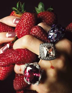 Vogue Paris magazine fashion accessory and jewelry editorial. June Strawberries, gemstone cocktail rings and mauve pink crescent manicure Vogue Paris, Jewelry Editorial, Editorial Fashion, Jewelry Photography, Fashion Photography, Beauty Photography, Foto Still, Stage Photo, Foto Art