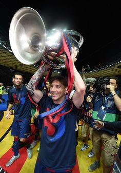 Lionel Messi Photos - Lionel Messi of Barcelona celebrates with the trophy after the UEFA Champions League Final between Juventus and FC Barcelona at Olympiastadion on June 2015 in Berlin, Germany. - Juventus v FC Barcelona - UEFA Champions League Final Uefa Champions League, Barcelona Champions League, Lionel Messi, Messi 10, Fc Barcelona, Olympia, Football Memes, Football Players, Sexy Girl