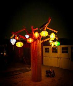 Vietnamese lampionnen van Lampionsenzo in een boom bij Beachclub Indigo in Scheveningen.