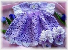 Crochet Pattern Baby Dress/Booties Lovely easy crochet baby dress patterns, the perfect way to dress up your baby. So enjoyable to create something with your own two hands. Free patterns too Vestidos Bebe Crochet, Crochet Bebe, Crochet Girls, Easy Crochet, Knit Crochet, Booties Crochet, Baby Booties, Crochet Baby Dress Pattern, Baby Dress Patterns