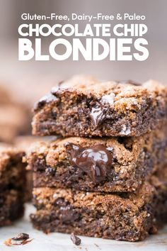 These Paleo Chocolate Chip Blondies have amazing crispy edges, a soft, chewy center, and melty dark chocolate chunks! With a quick 10 minute prep time, you'll have these paleo, gluten-free, and dairy-free blondies on the table in no time. Chocolate Chip Blondies, Paleo Chocolate Chips, Healthy Chocolate, Chocolate Recipes, Melted Chocolate, Chocolate Lovers, Paleo Dessert, Healthy Sweets, Fun Desserts