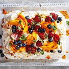 This ultimate summer dessert is sure to be a crowdpleaser Meringue Desserts, Bbq Desserts, Desserts For A Crowd, Summer Desserts, Just Desserts, Delicious Desserts, Dessert Recipes, Bbq Food For A Crowd, Pavlova Cake