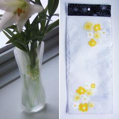 Foldbar vase – Gule blomster m. hvide striber, 20,-