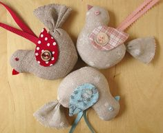 Christmas Ornaments Homemade, DIY Xmas Ornament Crafts and Designs: here are amazing homemade Christmas ornaments design ideas for homemade ornaments Felt Crafts, Fabric Crafts, Sewing Crafts, Diy Crafts, Bird Christmas Ornaments, Handmade Christmas, Christmas Crafts, Fabric Bunting, Fabric Birds