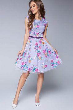 Nádherné šaty jako stvořené na svatby, letní párty, večírky nebo na pracovní schůzku. Lila barva s potiskem barevných květů spolu s perfektním střihem jsou hlavními trumfy těchto krásek. Pohodlný střih s lodičkovým výstřihem, krátkým rukávkem, zapínáním na zadní straně na skrytý zip, součástí fialový pásek, Materiál 95% polyester, 5% elastan. Vintage, Style, Fashion, Swag, Moda, Fashion Styles, Vintage Comics, Fashion Illustrations, Outfits