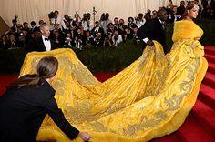 今年の3月。NY のメトロポリタン美術館にて開催された一年に一度のファッションの祭典、MET GALA (メット・ガラ) にて Rihanna (リアーナ) が着用した巨大なイエローのドレスのデザイナーとして、瞬く間に世界中にその名が知れ渡ったのだ。