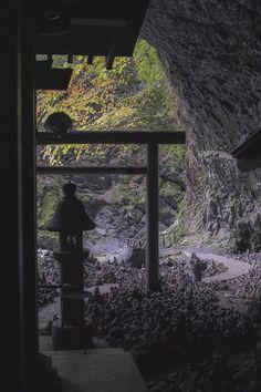 写真: 天安河原の洞窟の中から外へ2@宮崎県高千穂