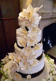 We adore black and white wedding cakes!