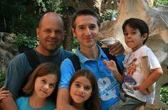 Dos padres y cuatro hijos. Los Rodríguez López viven en Aznalcázar, un pueblo de…