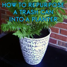 DIY repurposed trash can planter plastic container garden permanent marker abstract pattern tutorial Cheap Plant Pots, Cheap Planters, Diy Planters Outdoor, Balcony Planters, Outdoor Crafts, Diy Patio, Balcony Garden, Garden Planters, Indoor Garden