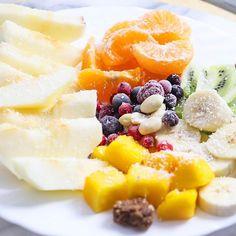De cand e mica Natalia, avem un obicei: dupa somnul de pranz avem gustarea cu fructe. M-am gandit sa va arat si voua cum arata si cum se schimba dupa sezon :). Adaug deseori alune si nuci - @sano_vita In aceste farfurii, o mica surpriza dulce - am pus in stories produsul, luat de pe @vegis.ro #poftadefructe #fructe #salatadefructe #măr #clementine #kiwi #banana #mango #fructedepadure #arahide #fulgidecocos #fruit #fruits #fruitsalad #fruitoftheday #fruitlovers #alimentatiesanatoasa #... Fruit Salad, Cantaloupe, Deserts, Cooking Recipes, Mango, Food, Banana, Chef Recipes, Food Food