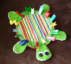 I saw a tutle like this for sale but didn& feel the need to spend the money on it. So, as usual, I made it myself. :) I ju. Baby Sewing Projects, Sewing For Kids, Sewing Toys, Sewing Crafts, Homemade Gifts, Diy Gifts, Homemade Baby Toys, Baby Turtles, Turtle Baby