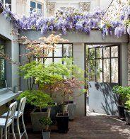 Un patio intérieur au mur de faïences - Marie Claire Maison
