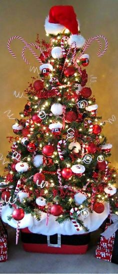 63 beautiful christmas trees to inspire your tree decor ideas Candy Cane Christmas Tree, Christmas Tree Themes, Noel Christmas, Christmas Tree Toppers, All Things Christmas, Christmas Tree Decorations, White Christmas, Christmas Photos, Christmas Lights