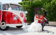 Per un matrimonio differente ci vuole un'auto differente! Pulmino Volkswagen t1, un'automobile simpatica, frizzante, elegante, comoda, bella. Retrò e con un tocco bohémien renderà uniche le vostre nozze. Disponibile in diversi colori per assecondare le vostre preferenze.