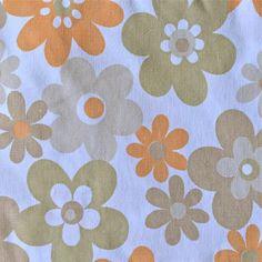 <p>Drap plat simple vintage en coton imprimé , fleurs variées dans les tons orange marron kaki, légérement délavé. Pour dormir léger pendant l'été ou le transformer en coussin, doudous ou autres créations selon votre créativité ! On aime cet imprimé fleuri et très seventies.</p>