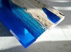 Mesas que nos recuerdan al océano creadas con resina y mármol travertino