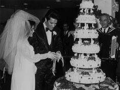 Elvis y Priscilla Presley Priscilla Presley, Elvis Presley, Elvis Und Priscilla, Cheap Wedding Venues, Budget Wedding, Wedding Locations, Joe Rogan, Celebrity Wedding Photos, Celebrity Weddings