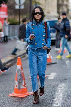 Designerin Yoyo Cao zeigt sich während der Pariser Modewoche im Denim Total-Look