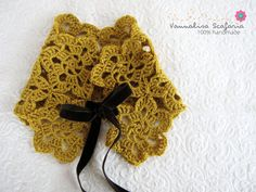 Just a little Victorian taste for this mustard crocheted neckwarmer... You can adjust it as you like, putting the bow in the middle or on one side of your neck... It is so soft and warm to wear it every day ... And it will be the perfect gift for all women that are romantic style lovers.
