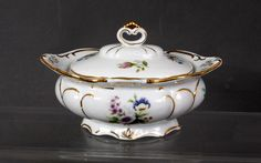 Porzellan Deckeldose, Schmuckdose gem. Neundorf - porcelain bowl with lid rich gold flower decor, germany.