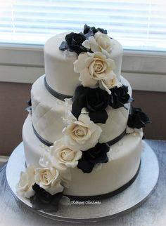 Hääkakku mustilla ja valkoisilla ruusuilla