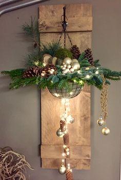 Christmas Hanging Baskets, Christmas Urns, Wooden Christmas Decorations, Christmas Mood, Rustic Christmas, Simple Christmas, Christmas Wreaths, Christmas Interiors, Deco Floral